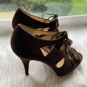 Guess brown faux suede 5 in heels sz 9